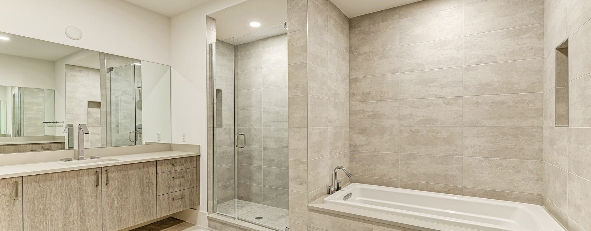 shower and tub in BLVD Sarasota Residence 1702
